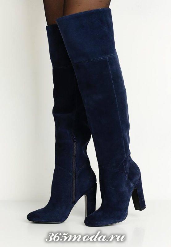 замшевые синие сапоги с высокими каблуками на тракторной подошве