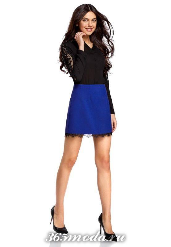 синяя мини юбка с гипюровыми вставками с черной блузой с чем носить