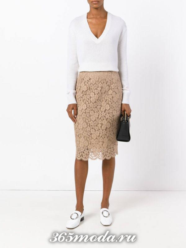 гипюровая бежевая юбка карандаш с белым свитером с чем носить