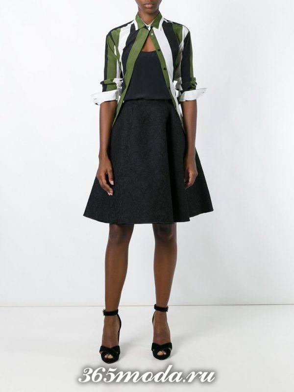 с чем носить гипюровую черную юбку полусолнце с полосатой рубашкой