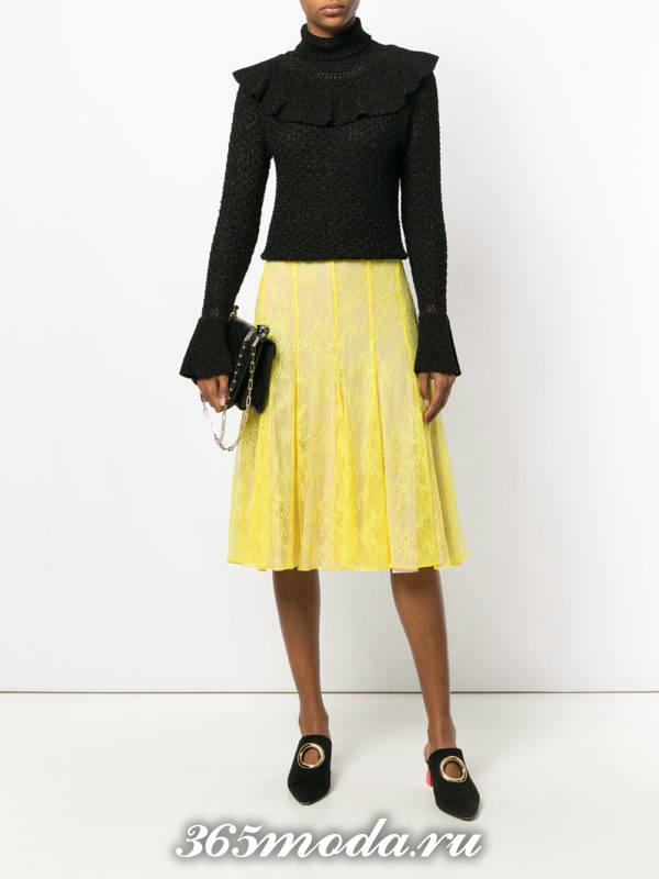 с чем носить гипюровую желтую юбку полусолнце с черным свитером