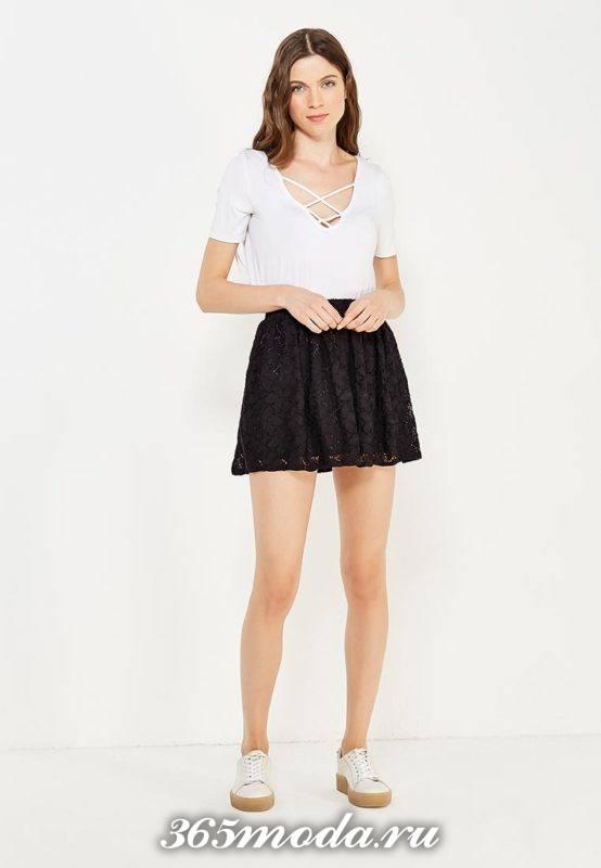 короткая черная гипюровая юбка клеш с топом с переплетом с чем носить