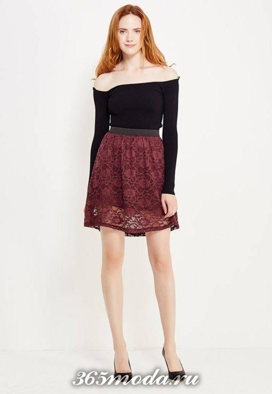 короткая бордовая гипюровая юбка с блузой с открытыми плечами с чем носить