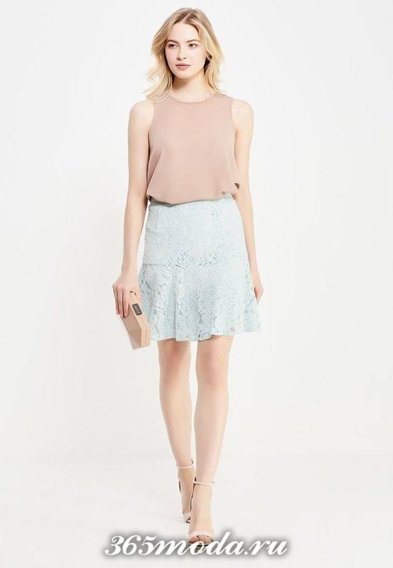 с чем носить короткую голубую гипюровую юбку клеш с бежевым топом