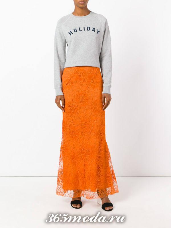 длинная оранжевая гипюровая юбка с серым свитшотом с чем носить