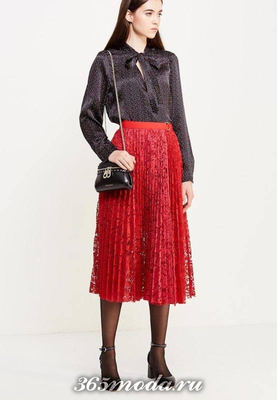красная гипюровая юбка плиссе клеш с черной блузой с чем носить