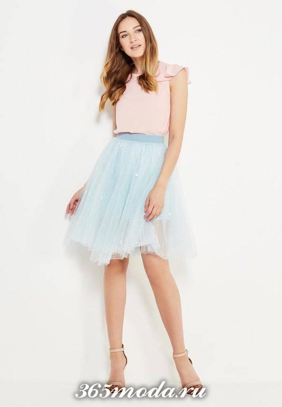 с чем носить голубую юбку пачку со светлым топом