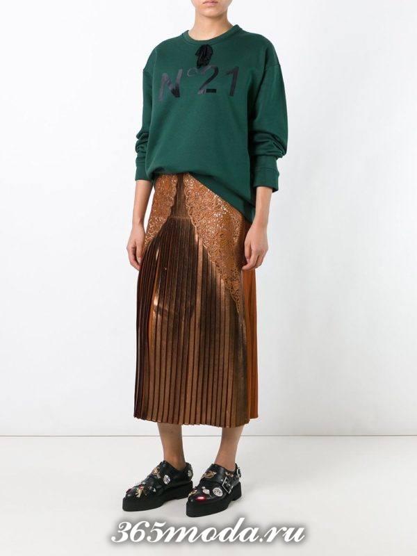 блестящая юбка плиссе с гипюровыми вставками со свитшотом с чем носить