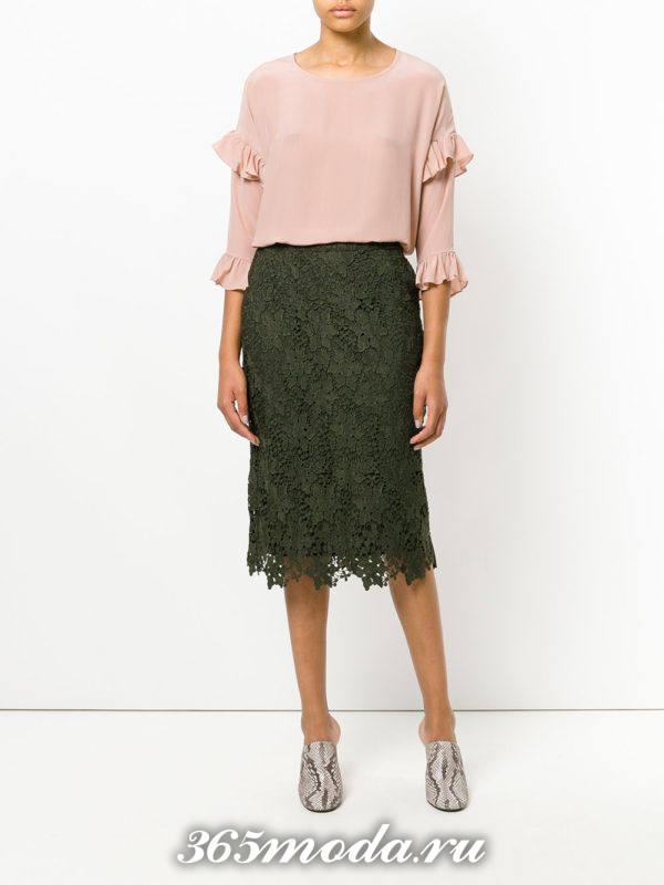 зеленая гипюровая юбка карандаш с блузкой с оборками с чем носить