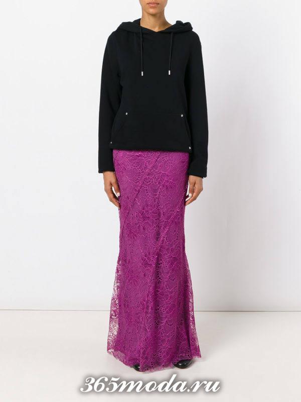 фиолетовая длинная гипюровая юбка с черным свитшотом с чем носить