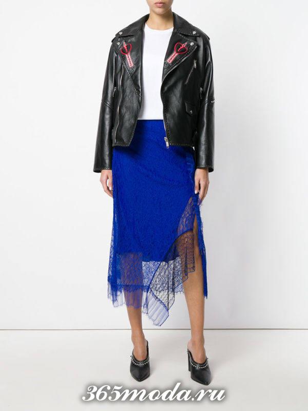 синяя асимметричная гипюровая юбка с кожаной курткой с чем носить