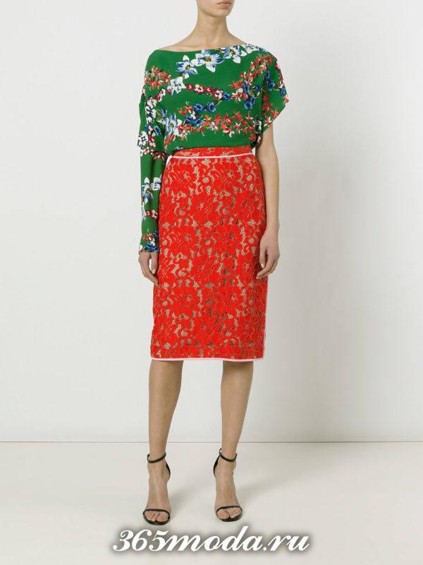 с чем носить красную гипюровую юбку карандаш с асимметричной блузой с принтом