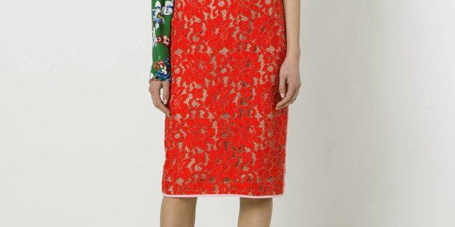 красная гипюровая юбка карандаш с асимметричной блузой с принтом