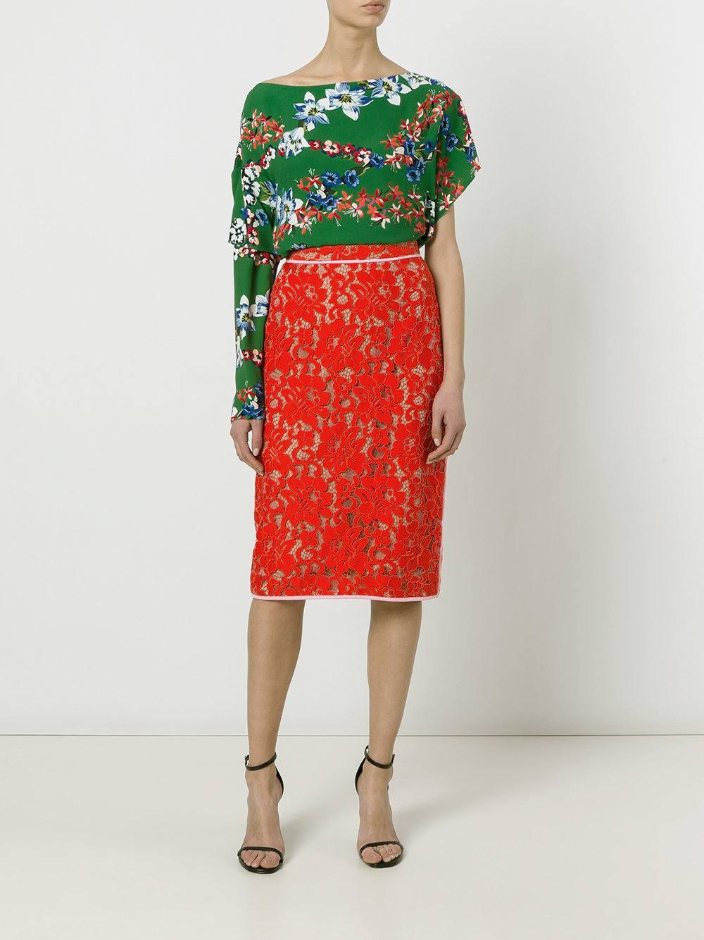 ecc21406ccd с чем носить красную гипюровую юбку карандаш с асимметричной блузой с  принтом