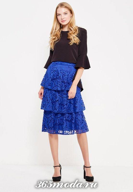 синяя многослойная гипюровая юбка с черной блузой с чем носить