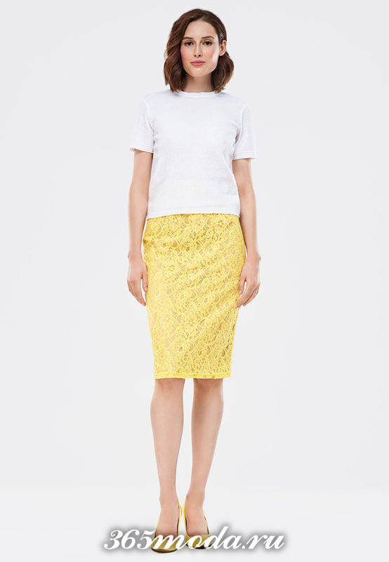желтая гипюровая юбка карандаш с белой футболкой с чем носить