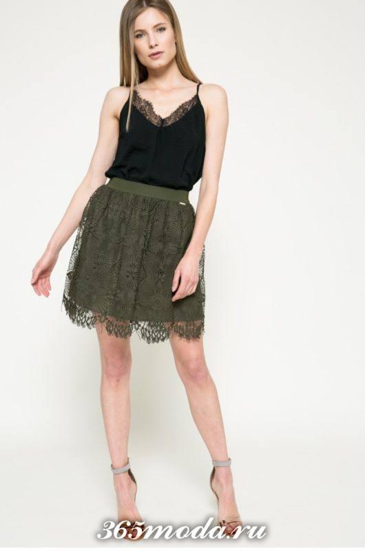 зеленая короткая гипюровая юбка с топом на бретелях с чем носить