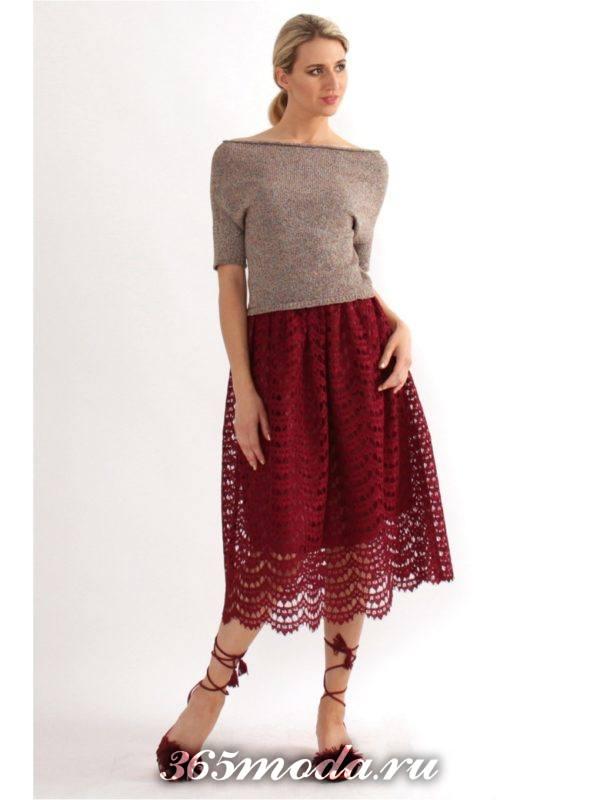 красная гипюровая юбка клеш с нюдовым топом с чем носить