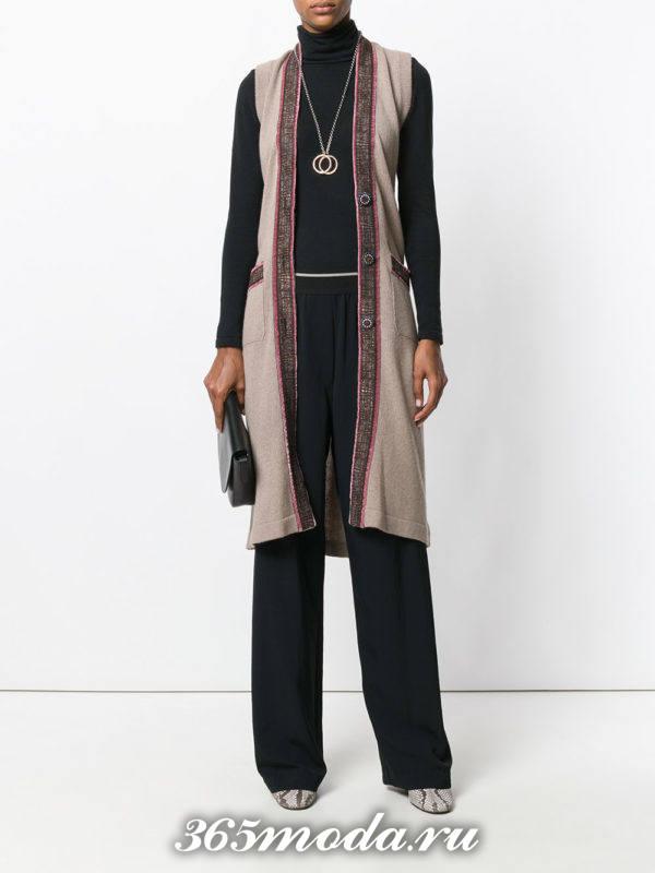 удлиненный вязаный жилет без рукавов с черными брюками