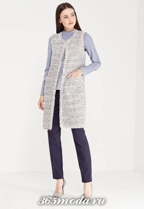 удлиненный вязаный жилет без рукавов с синими брюками