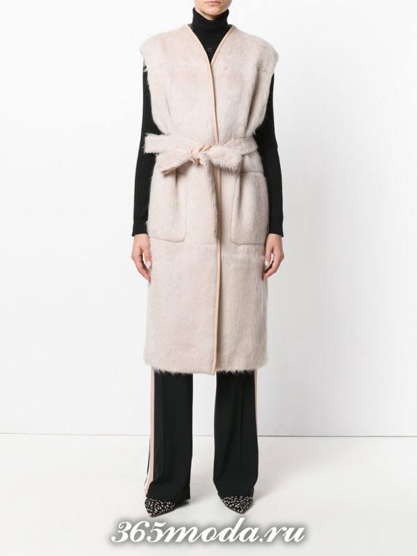 светлый зимний удлиненный жилет без рукавов с поясом с чем носить