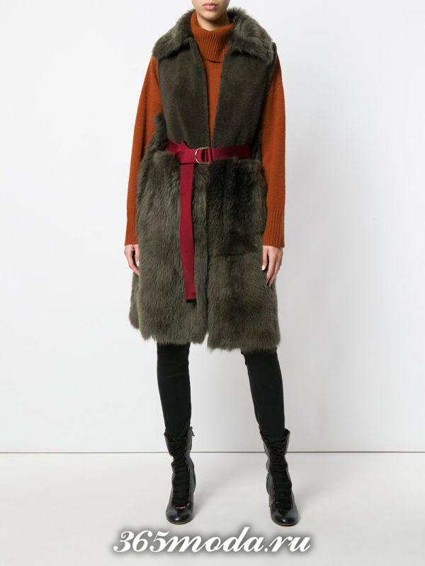 зеленый меховой зимний удлиненный жилет без рукавов с поясом с чем носить