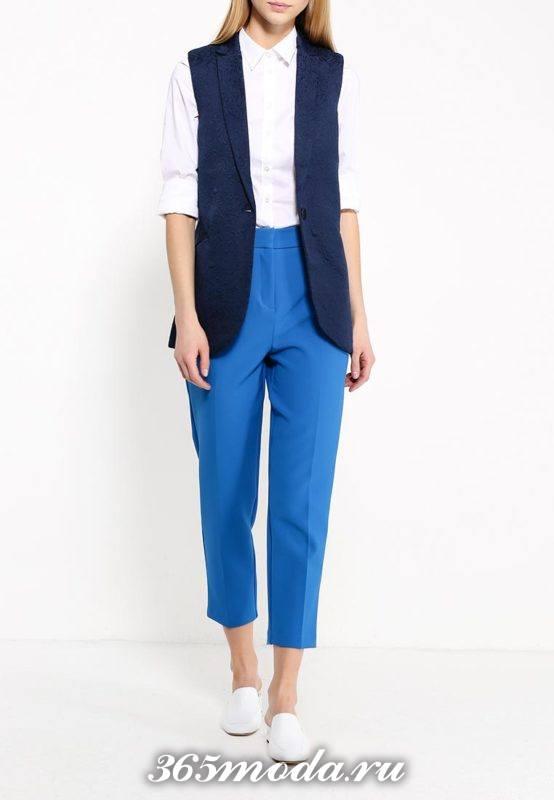 синий деловой удлиненный жилет без рукавов с чем носить