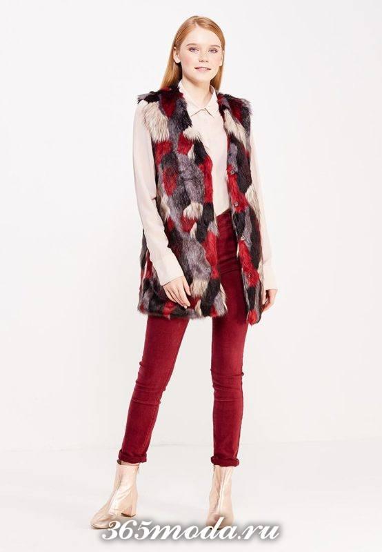 удлиненный меховой жилет без рукавов разноцветный с красными брюками