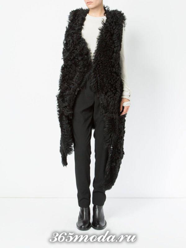 удлиненный меховой жилет без рукавов черный асимметричный с брюками