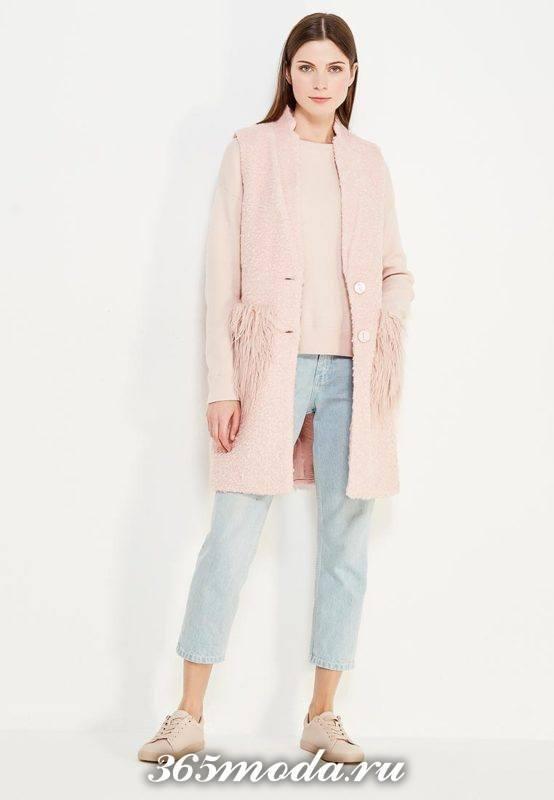 удлиненный жилет без рукавов с меховыми карманами розовый с джинсами