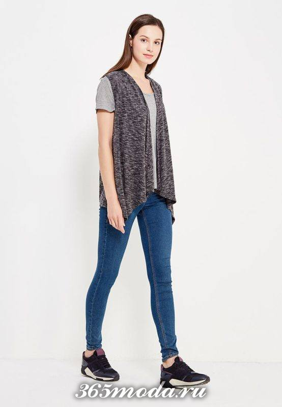 асимметричный удлиненный жилет без рукавов с джинсами