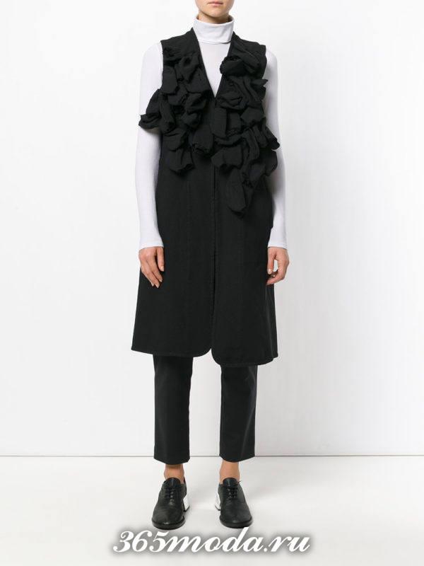 с чем носить удлиненный жилет без рукавов черный с оборками