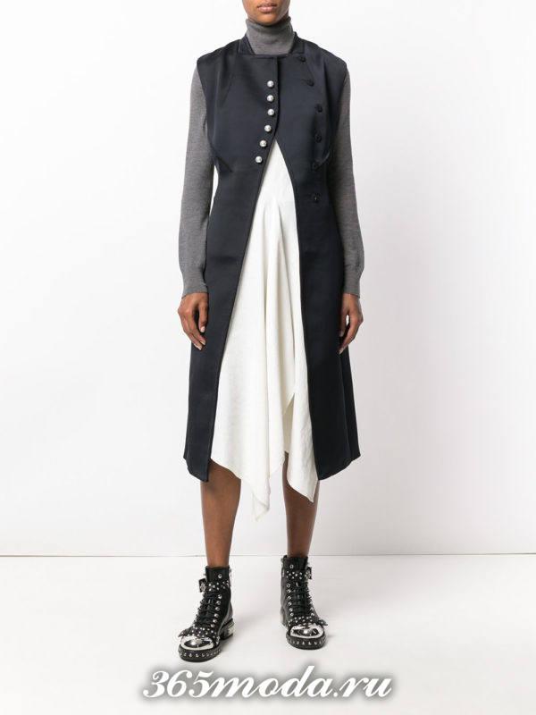 удлиненный жилет без рукавов на пуговицах с чем носить