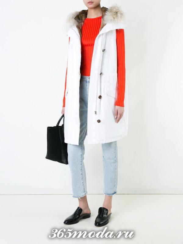 белый удлиненный жилет без рукавов с декором с чем носить