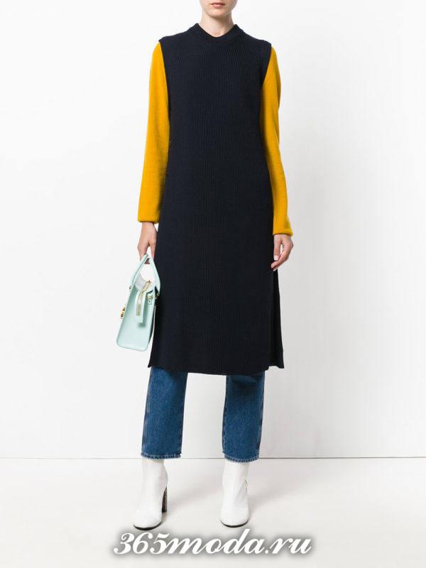 удлиненный жилет без рукавов синий с белой сумочкой