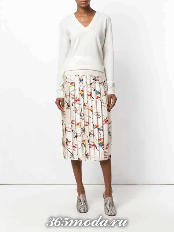 белая юбка плиссе с сабо