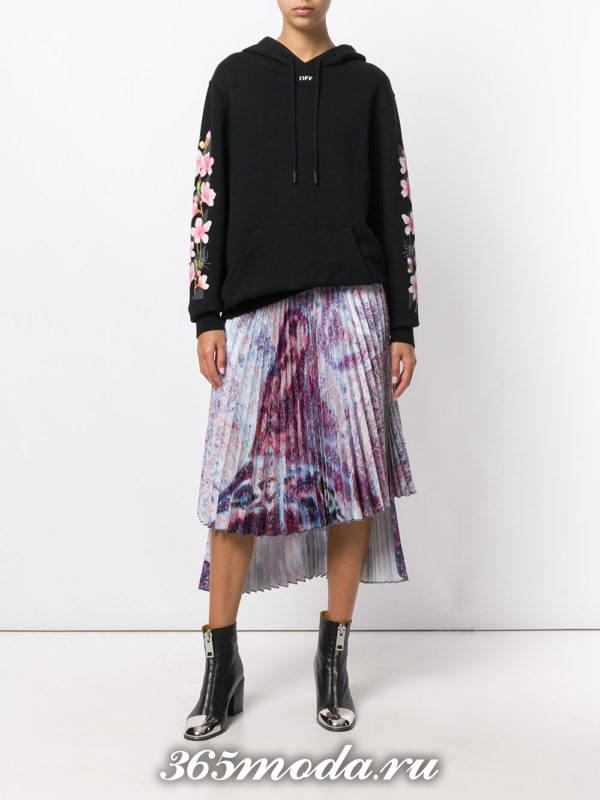 асимметричная юбка плиссе с брутальными ботинками