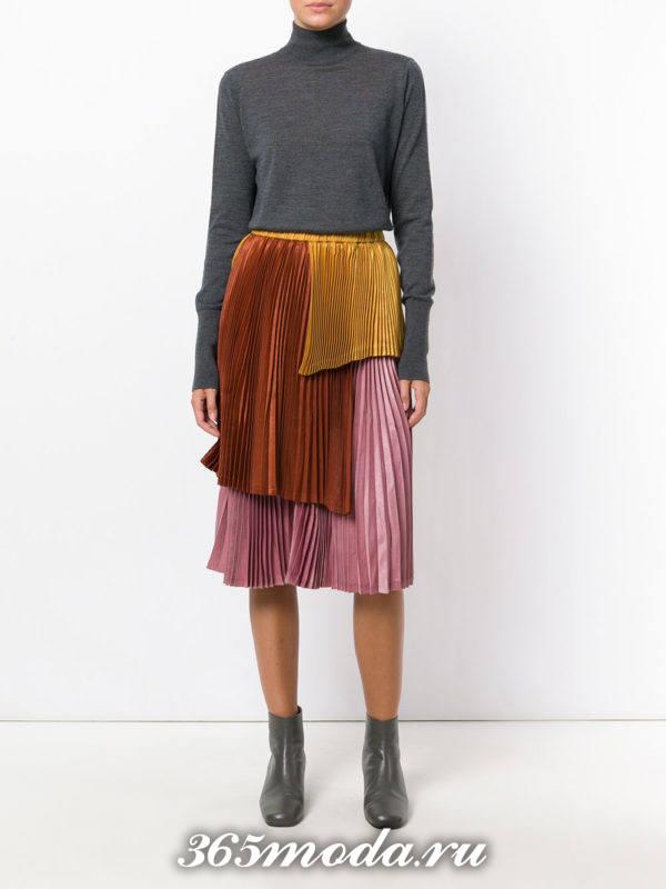 разноцветная юбка плиссе с серыми ботинками