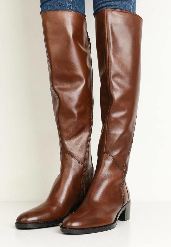 коричневые кожаные ботфорты на низком ходу весна