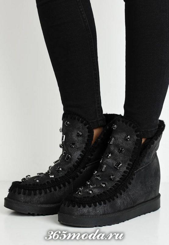 темные ботинки на танкетке с декором весна