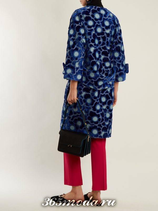 образ с синим пальто с принтом и красными брюками весна