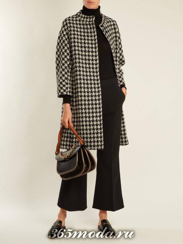образ с свободным пальто в клетку с черными брюками весна