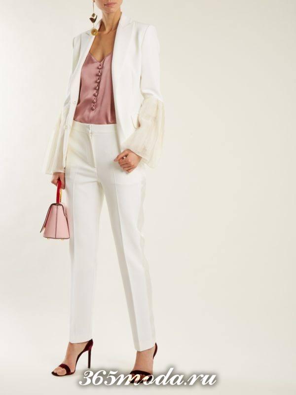 образ с белым пиджаком и белыми брюками весна