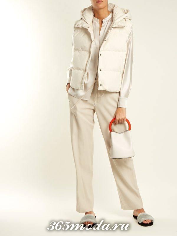 образ с белым дутым жилетом и широкими брюками весна