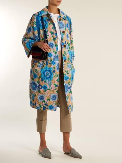 образ с пальто с принтом и укороченными брюками весна