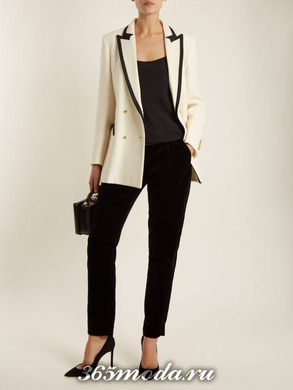 образ с молочным пиджаком с тесьмой и брюками дудочками весна