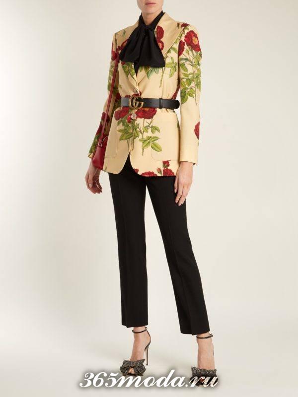 образ с пиджаком с цветочным принтом и черными брюками весна
