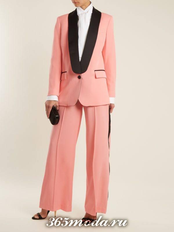 образ с розовым двубортным пиджаком и широкими брюками весна