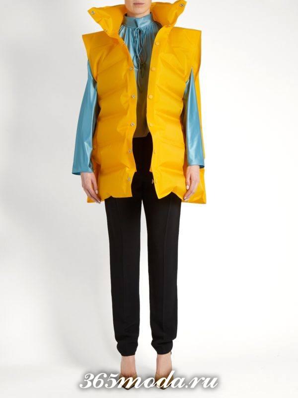 образ с желтым пуховым жилетом и черными брюками весна