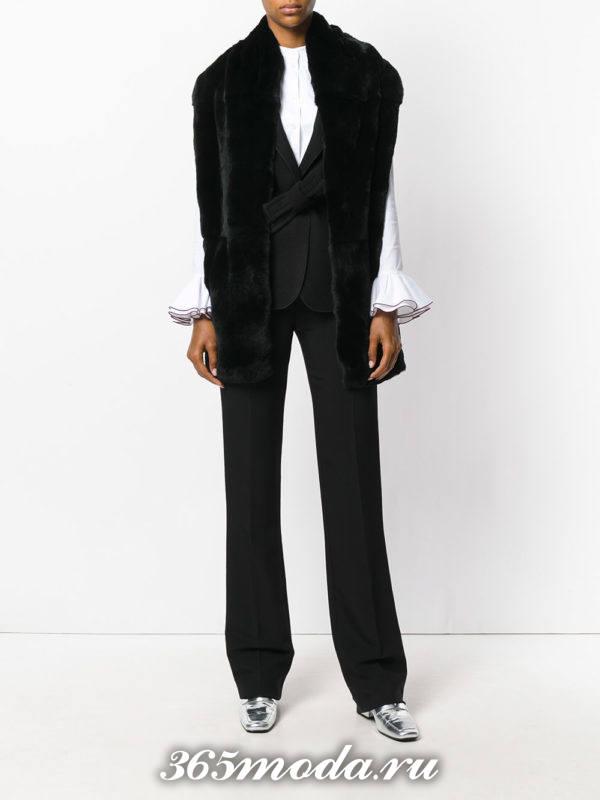 образ с меховым черным жилетом и брюками клеш весна
